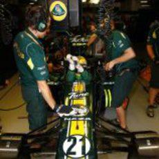Luiz Razia se acomoda en su asiento