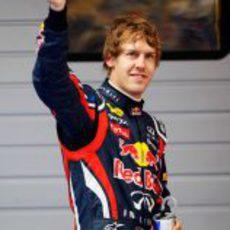 El 'poleman' del GP de China 2011 saluda a la afición