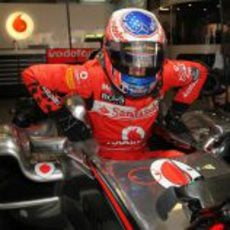 Jenson Button se sube a su monoplaza en el GP de China 2011