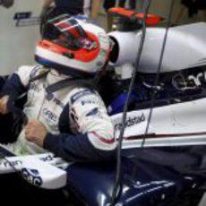 Barrichello se acomoda en el cockpit