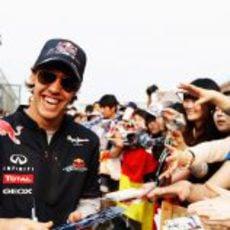 Vettel se divierte con los fans en China
