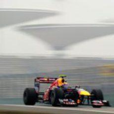 Webber rueda entra la niebla el viernes en China 2011