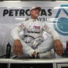 Schumacher sentado en su box antes de que empiece la acción