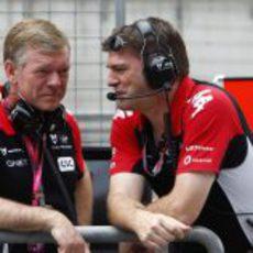 Andy Webb y Graeme Lowdon en el pitwall de Shanghai
