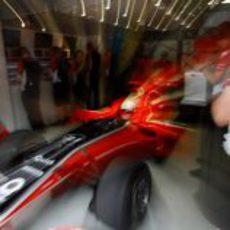 Timo Glock sale de boxes en el GP de China 2011