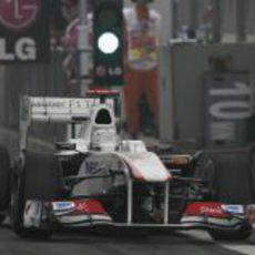 Kobayashi sale del pit lane en China 2011