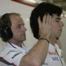 Pérez recibe un masaje en el cuello