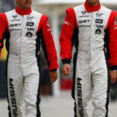 Los pilotos de Virgin caminan por el paddock de Shanghai