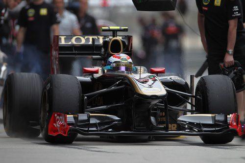 Vitaly Petrov sale a pista durante la clasificación del GP de China 2011