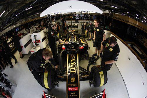 Heidfeld se concentra en su garaje