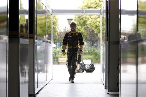 Heidfeld entra al garaje de Lotus Renault GP en Shanghai