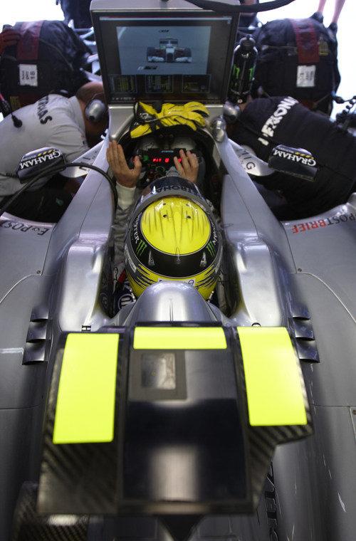 Rosberg observa la acción en pista desde su garaje