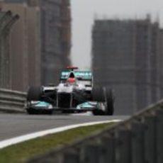 Michael Schumacher rueda durante la clasificación en China 2011