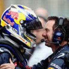 Vettel celebra su pole en el GP de China con sus mecánicos