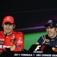 Button y Vettel sonrientes tras la clasificación de China 2011
