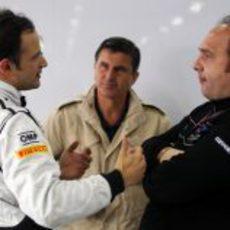 Liuzzi habla con Kolles en el GP de China 2011