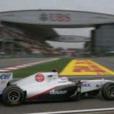Kobayashi se encamina hacia el 'pit lane' en el GP de China 2011
