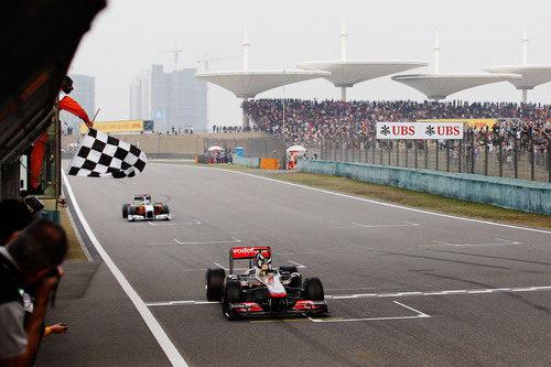Bandera a cuadros para Hamilton en el GP de China 2011