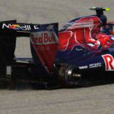 Alguersuari sin una rueda en el GP de China 2011