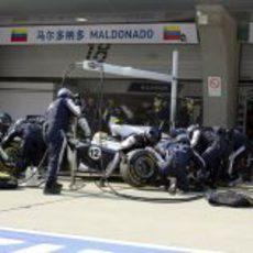 Pastor Maldonado durante una parada en boxes del GP de China 2011