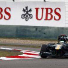 Kovalainen tomando una curva del GP de China 2011