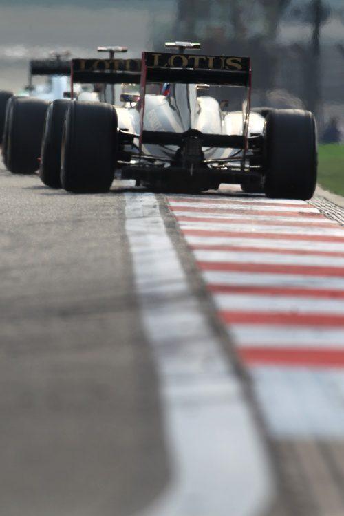 Los dos Lotus Renault GP encaran la recta principal
