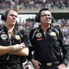 Alan Permane y Eric Boullier en la parrilla de China 2011
