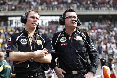 Alan Permane y Eric Boullier en la parrilla de China 2011