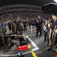 Vitaly Petrov en la parrilla del GP de China 2011