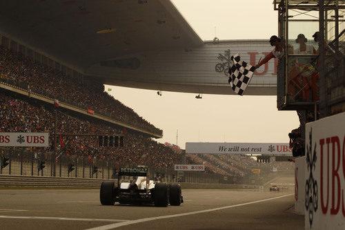 Bandera a cuadros para Nico Rosberg en el GP de China 2011