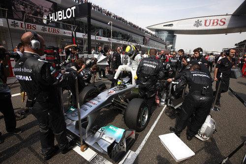 Rosberg sale del coche en la parrilla de Shanghai