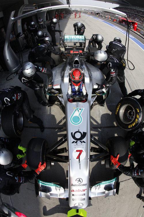 Parada en boxes para Michael Schumacher en China 2011