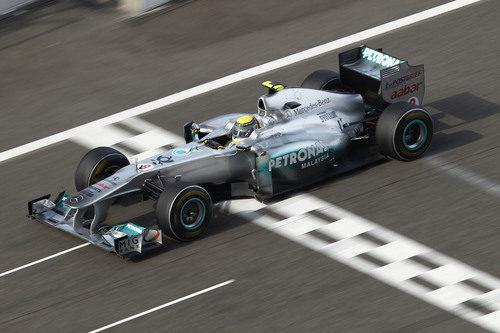Rosberg cruza la línea de meta durante el GP de China 2011