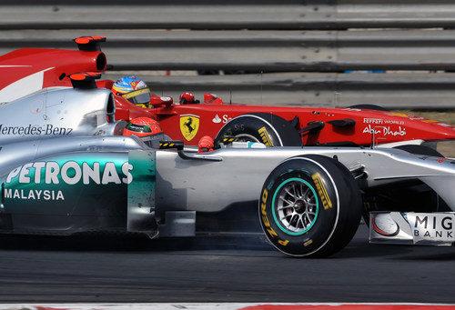 Schumacher y Alonso en paralelo durante el GP de China 2011