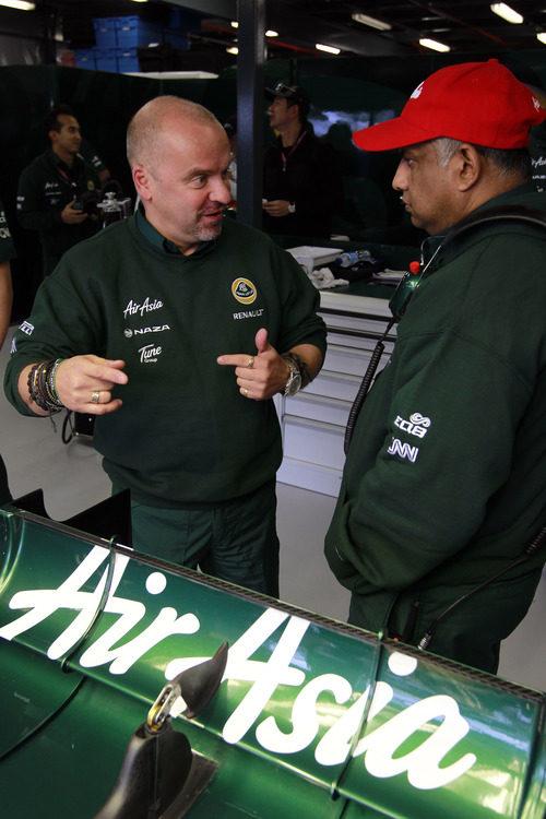 Mike Gascoyne y Tony Fernandes en el GP de Australia 2011