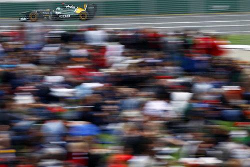 Kovalainen pasa ante el público del GP de Australia 2011