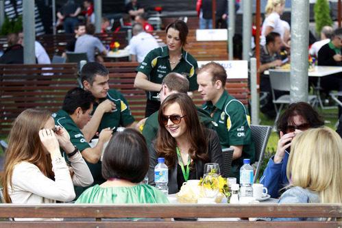 Las chicas comen tranquilas en el 'motor home' del Team Lotus