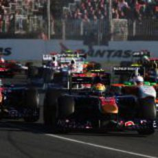Alguersuari y Buemi luchan en la salida del GP de Australia 2011