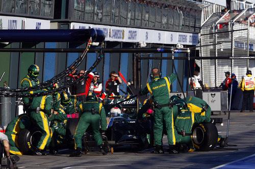 Cambio de neumáticos para Trulli en el GP de Australia 2011