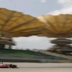 Lewis rueda en los entrenamientos de Malasia 2011