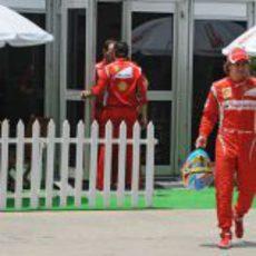 Fernando Alonso sale de su box con el casco en Malasia 2011