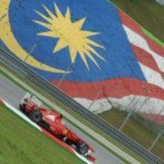 Alonso ante la bandera de Malasia