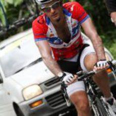 Jarno Trulli se entrena en bicicleta