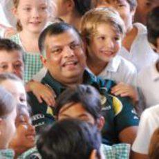 Tony Fernandes rodeado de niños en Malasia