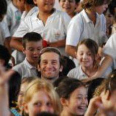 Jarno Trulli rodeado de niños en Malasia