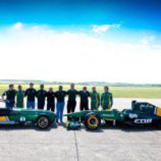 El Team Lotus posa con el T128 y el Caterham Seven en Duxford