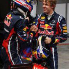 Vettel y Webber se felicitan tras la carrera de China 2011