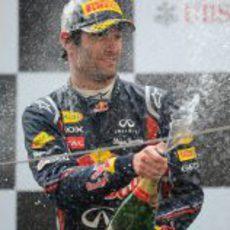 Webber lo celebra con champán en el podio de China 2011