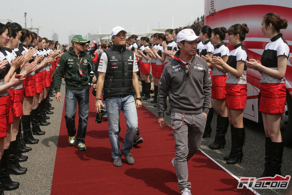 Los pilotos se preparan para el 'dirvers parade' del GP de China 2011