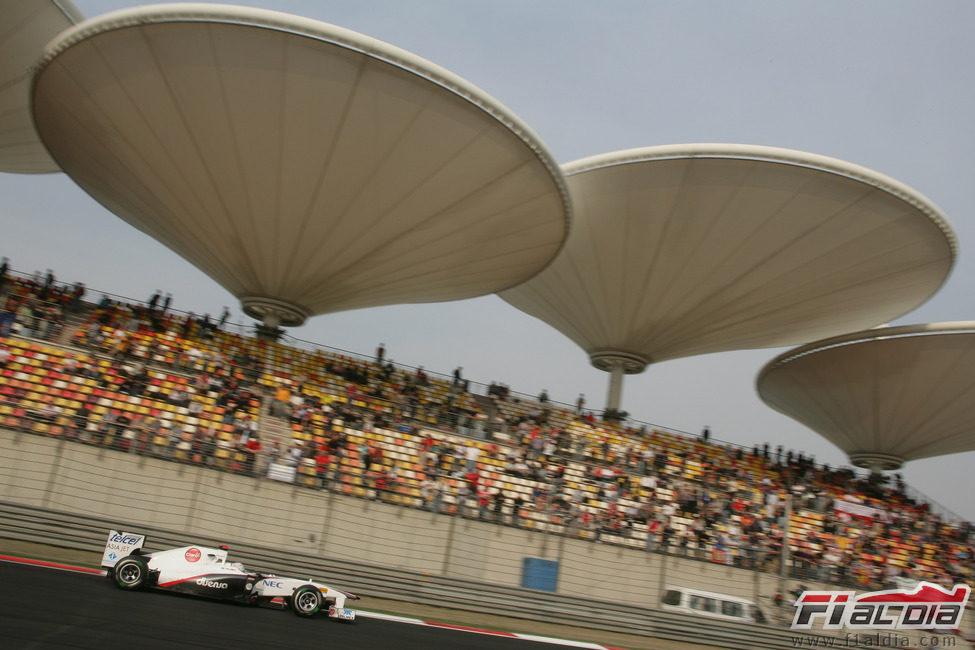 Kobayashi en la recta de atras en el GP de China 2011
